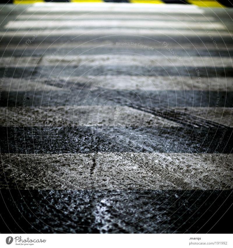 Belag Stadt schwarz gelb Straße dunkel Wege & Pfade dreckig gehen elegant nass Schilder & Markierungen Verkehr Ausflug Sicherheit Spuren trashig