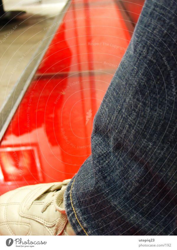 Svergie shopping spree Mensch rot Schuhe Glas sitzen modern Jeanshose Bodenbelag Hose Ladengeschäft Statue Kunst Leder Schweden Makroaufnahme