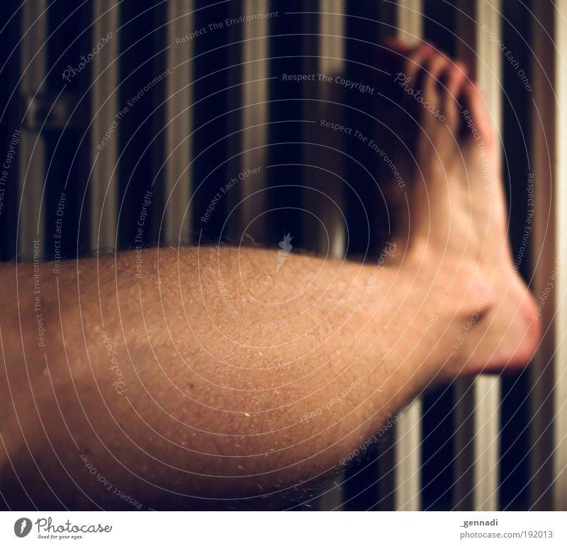 Arm dran Mensch maskulin Mann Erwachsene Beine Fuß Wade Heizkörper Beinbehaarung Fußfetischismus Farbfoto Innenaufnahme Textfreiraum links Abend Kunstlicht