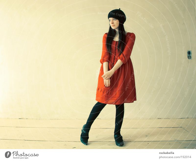 Frau mit rotem Kleid elegant Stil Wohnung Traumhaus Hausbau Innenarchitektur feminin Junge Frau Jugendliche 18-30 Jahre Erwachsene schwarzhaarig langhaarig