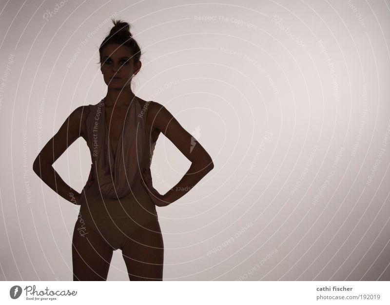 puppe II elegant Stil feminin Junge Frau Jugendliche Körper Haut 1 Mensch 18-30 Jahre Erwachsene Bikini Badehose stehen model Badeanzug dunkel Gedeckte Farben