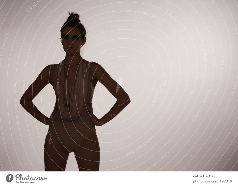 puppe II Mensch Jugendliche dunkel feminin Stil Erwachsene Körper Haut elegant stehen Frau Bikini 18-30 Jahre Porträt Licht Junge Frau