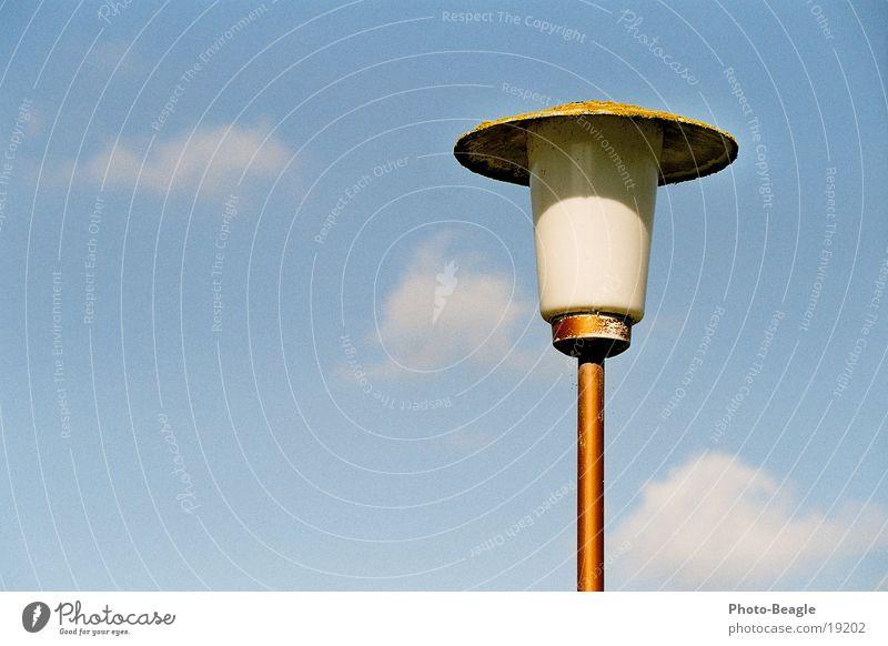 Denk-Mal Lampe Laterne Straßenbeleuchtung Licht Sechziger Jahre Wolken Häusliches Leben Himmel blau