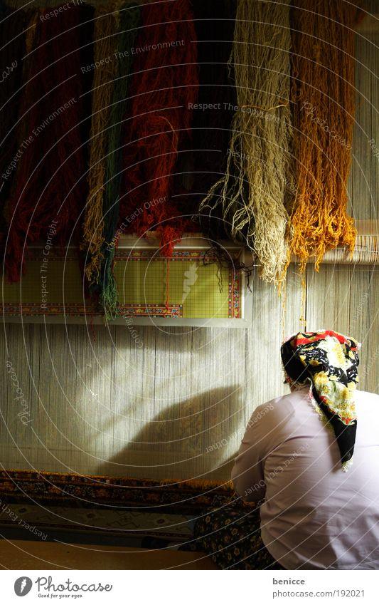 Handarbeit Frau Farbe Arbeit & Erwerbstätigkeit Farbstoff Kultur Stoff Teppich Türkei Produktion Wolle Kopftuch mehrfarbig Mensch produzieren Handarbeit