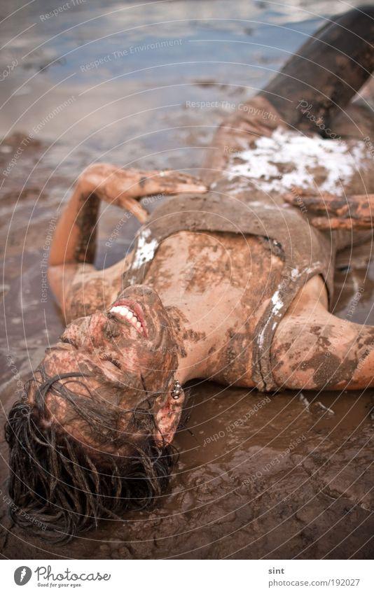 schlammschlacht Mensch Jugendliche Freude Erholung feminin dreckig Schwimmen & Baden nass liegen Fröhlichkeit Junge Frau genießen brünett Schlamm Gefühle