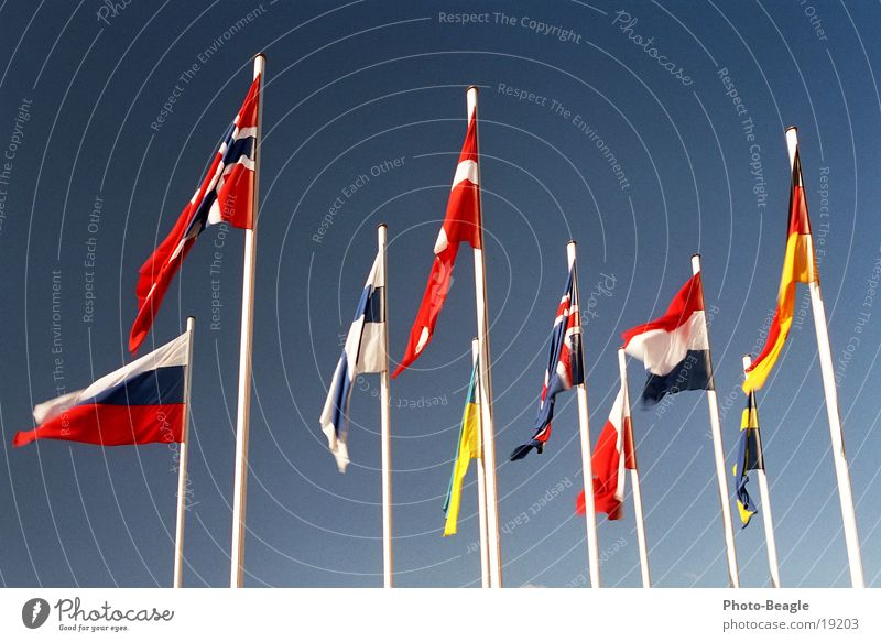 Fähnchen im Wind I Fahne Fahnenmast Skandinavien Nordeuropa Osteuropa Norwegen Finnland Ukraine Schönes Wetter Dänemark Himmel Kongresszentrum Verwaltung Dinge