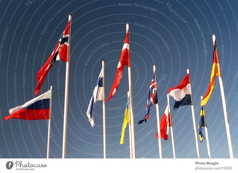Fähnchen im Wind I Himmel Fahne Dinge Russland Schönes Wetter Unternehmen Schweden Norwegen Dänemark Fahnenmast Finnland Skandinavien Verwaltung Ukraine Osteuropa Nordeuropa