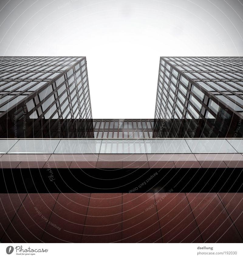 Unendliche Weiten weiß Stadt rot schwarz kalt Fenster Architektur grau Deutschland Fassade Hochhaus groß Europa bedrohlich Bauwerk