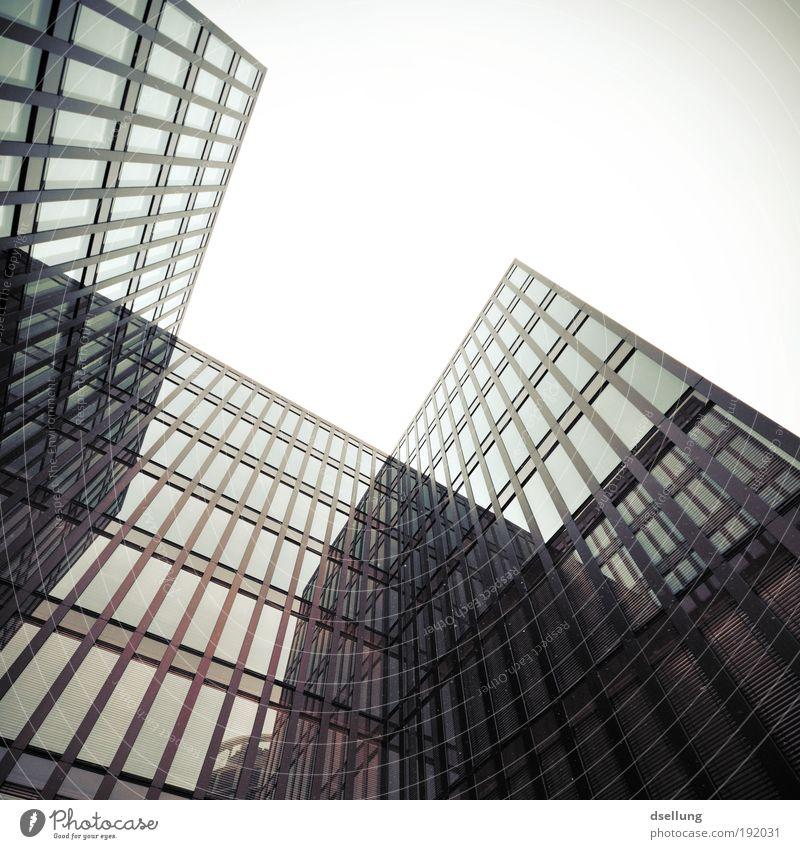 Gebäude mit Glasfassaden - Blick von unten nach oben bei schlechtem Wetter Deutschland Europa Hafenstadt Hochhaus Bauwerk Architektur Fassade Fenster bedrohlich