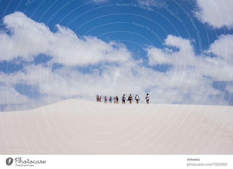 Weiße Wüste Mensch Himmel Ferien & Urlaub & Reisen Sommer Sonne Ferne Wärme Freiheit Menschengruppe Sand Horizont frei Ausflug wandern Schönes Wetter Abenteuer