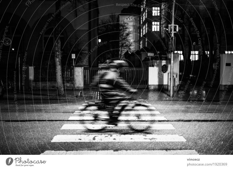 Nachtfahrt Mensch Stadt Straße Bewegung Arbeit & Erwerbstätigkeit Verkehr Fahrrad Fahrradfahren Ziel Jacke rennen Stress Ausdauer Straßenverkehr Verkehrsmittel