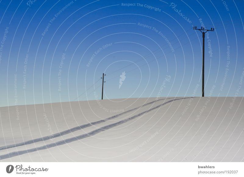 blau - weiß Winter Schnee Energiewirtschaft Natur Landschaft Himmel Wolkenloser Himmel Horizont Sonnenlicht Schönes Wetter Feld Hügel Wege & Pfade Farbfoto