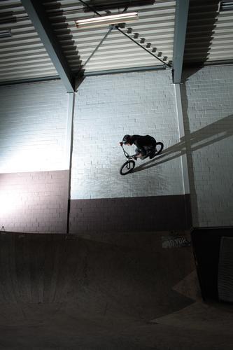 ride the wall. Freude Freizeit & Hobby BMX Sport Sportler Fahrradfahren Sportstätten Skatehalle maskulin Junger Mann Jugendliche Leben 1 Mensch 13-18 Jahre Kind