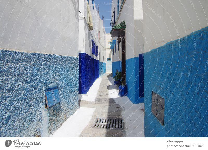 Rabat Gassen Stadt Gebäude Straße blau weiß Marokko Medina kompliziert Außenaufnahme Tag Weitwinkel eng blau-weiß Altstadt niedlich ruhig verwinkelt