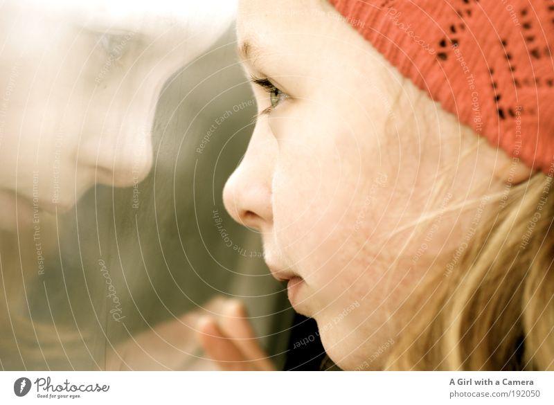 Ausschau halten Mädchen Jugendliche Gesicht 1 Mensch 8-13 Jahre Kind Kindheit Winter schlechtes Wetter Öffentlicher Personennahverkehr Bahnfahren Personenzug