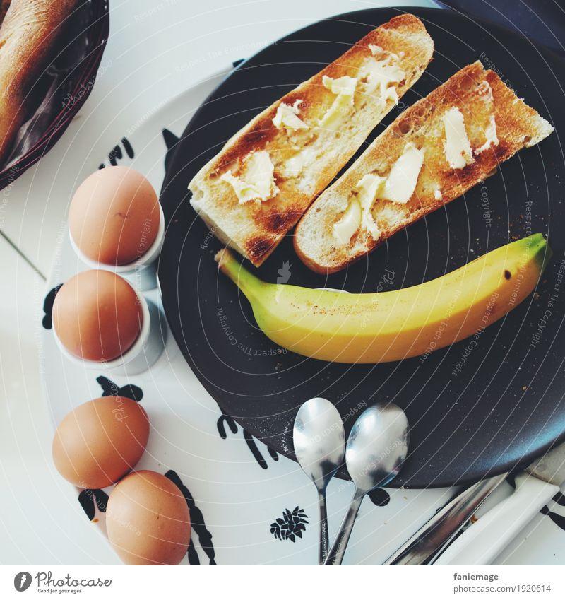 petit déj II Lebensmittel Frucht Brot Ernährung Essen Frühstück Deutsch Banane Löffel Ei Frühstückstisch Butter Belegtes Brot Teller Tablett lecker