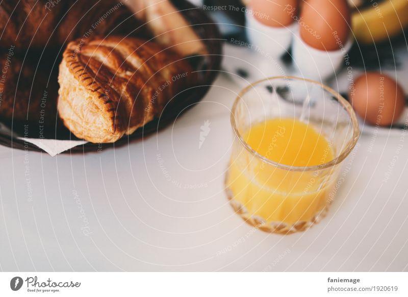 petit déj I Lebensmittel Orange Teigwaren Backwaren Croissant Ernährung Frühstück Getränk trinken Erfrischungsgetränk Saft lecker Frankreich Apfeltasche Glas Ei