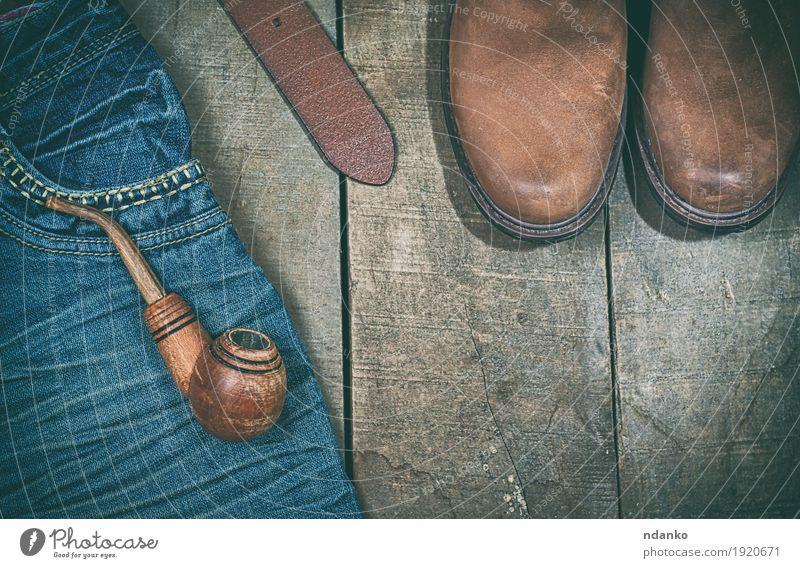 Blaue Jeans, Stiefel mit Holzpfeife Bekleidung Arbeitsbekleidung Jeanshose Leder Gürtel Schuhe alt modern retro blau braun Mode Rauchpfeife Gurt Leerraum