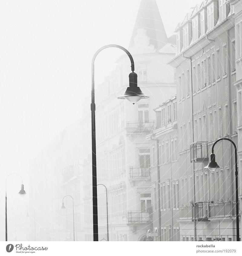 Häuserzeile mit Straßenlaternen Wohnung Dresden Stadt Haus ästhetisch bedrohlich dreckig dunkel elegant kalt grau Gefühle Vertrauen Sicherheit Geborgenheit