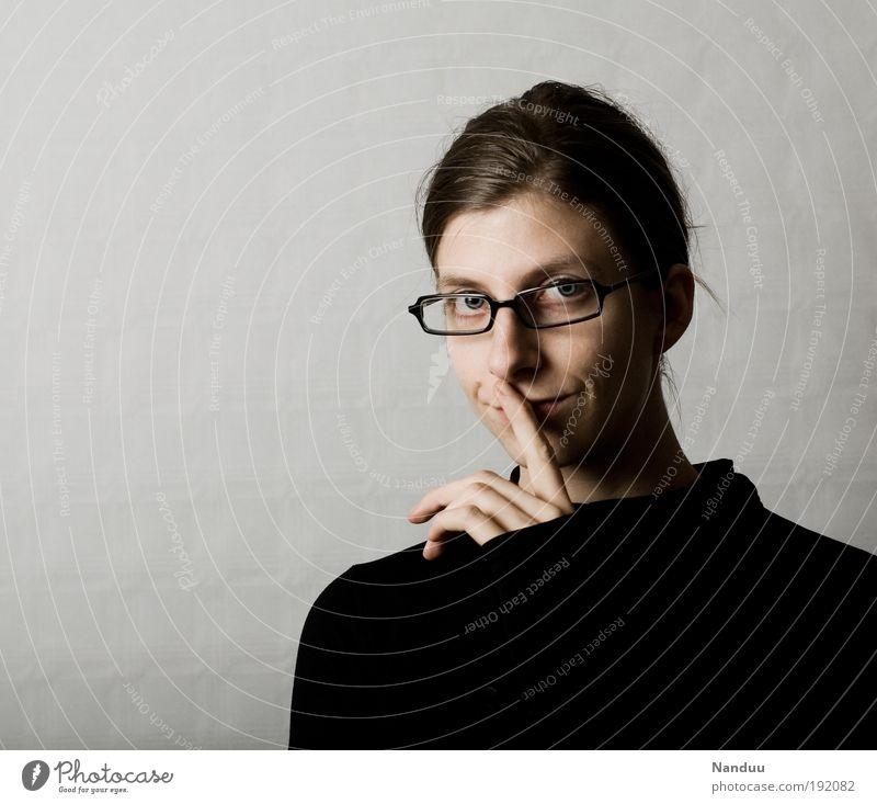 nichts verraten Mensch feminin 1 18-30 Jahre Jugendliche Erwachsene nerdig Klischee Verschmitzt Brillenträger ruhig gestikulieren grau Lächeln Diskretion