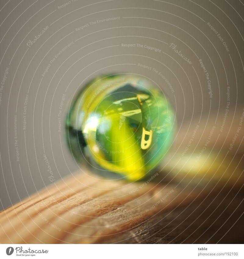 insight Stil Häusliches Leben Wohnung Innenarchitektur Dekoration & Verzierung Möbel Stuhl Kitsch Krimskrams Murmel Glaskugel Holz ästhetisch braun gelb grün