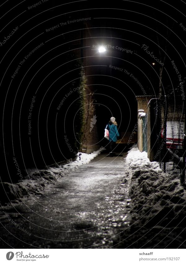 Erleuchtung Mensch Winter Ferne dunkel kalt Schnee Wege & Pfade Kraft Angst Fassade glänzend laufen gefährlich Hoffnung trist gruselig