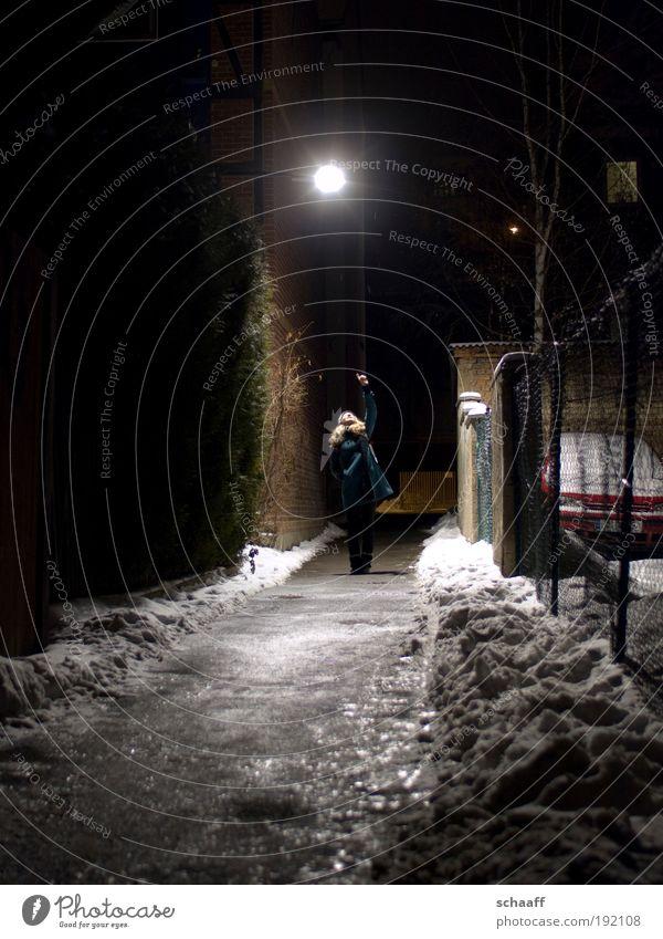 Erleuchtung II Mensch Winter dunkel Schnee Wege & Pfade Stimmung Eis Angst gehen Fassade groß Erfolg leuchten stehen Frost einzigartig