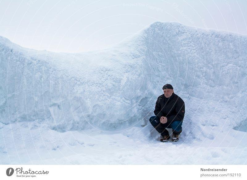Mann kniet in einer Eiswüste an der Ostsee Lifestyle Leben Wohlgefühl Ferien & Urlaub & Reisen Tourismus Abenteuer Freiheit Meer Winter Schnee Winterurlaub