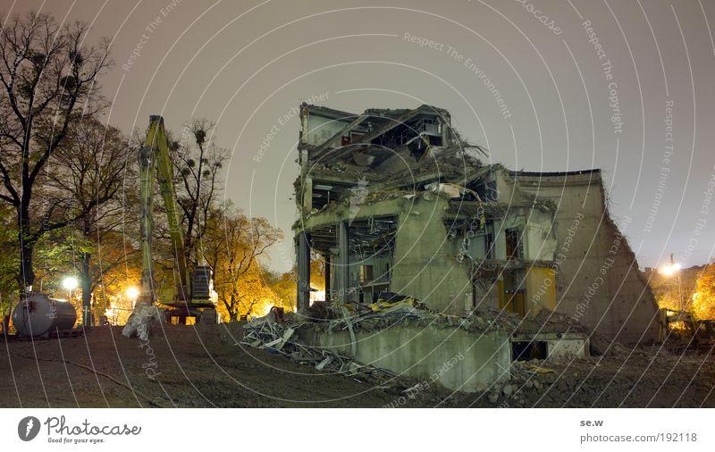 Demolition Baum gelb dunkel Arbeit & Erwerbstätigkeit grau Gebäude Kraft Architektur modern Baustelle Kino Ruine bauen Zerstörung Demontage