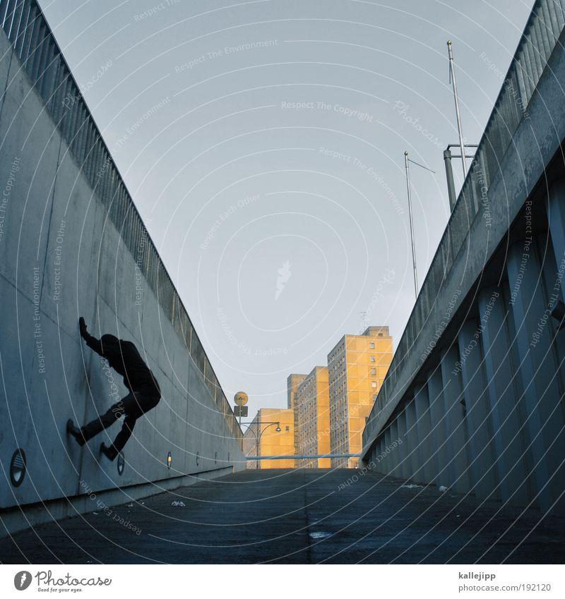 alpenglühen Lifestyle Freizeit & Hobby Sportstätten maskulin Mann Erwachsene Leben Hauptstadt bevölkert Hochhaus Mauer Wand Fassade Dach Antenne laufen springen