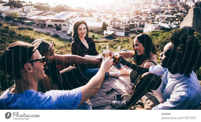 Ethnische Gruppe Mutli, die Bier auf einem Felsen röstet und trinkt Getränk trinken Alkohol Lifestyle Freude Sommer Berge u. Gebirge Feste & Feiern Geburtstag