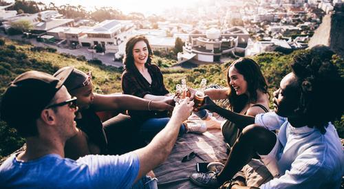 Mensch Jugendliche Sommer Junge Frau Junger Mann Freude Berge u. Gebirge Lifestyle Feste & Feiern Menschengruppe Zusammensein Freundschaft Geburtstag Lächeln