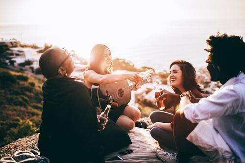 Freude Erwachsene sprechen Lifestyle lachen Menschengruppe Zusammensein Freundschaft Musik Fröhlichkeit genießen Lächeln Getränk Bier hören Flasche