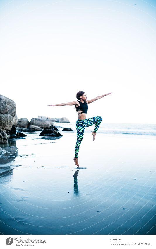 Junge afrikanische Frauen, die Yogahaltung auf Strand tun Lifestyle Freizeit & Hobby Meer Sport Fitness Sport-Training feminin Junge Frau Jugendliche Erwachsene