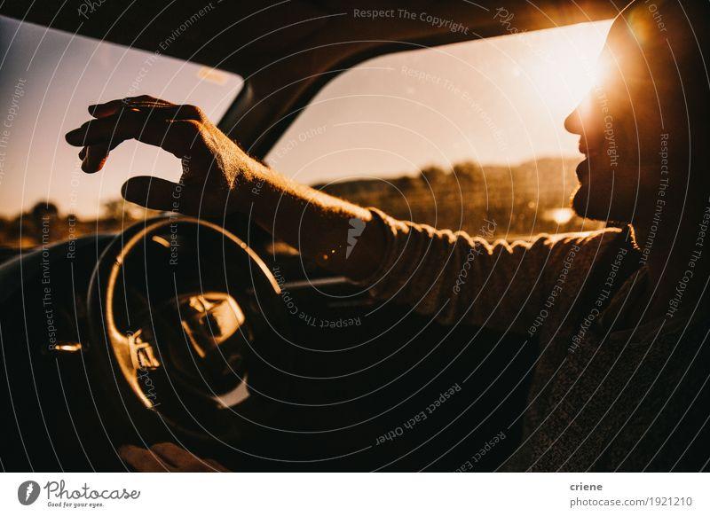 Junge glückliche erwachsene Männer, die Auto im Sonnenuntergang fahren Lifestyle Freude Ferien & Urlaub & Reisen Tourismus Ausflug Abenteuer Freiheit Kreuzfahrt