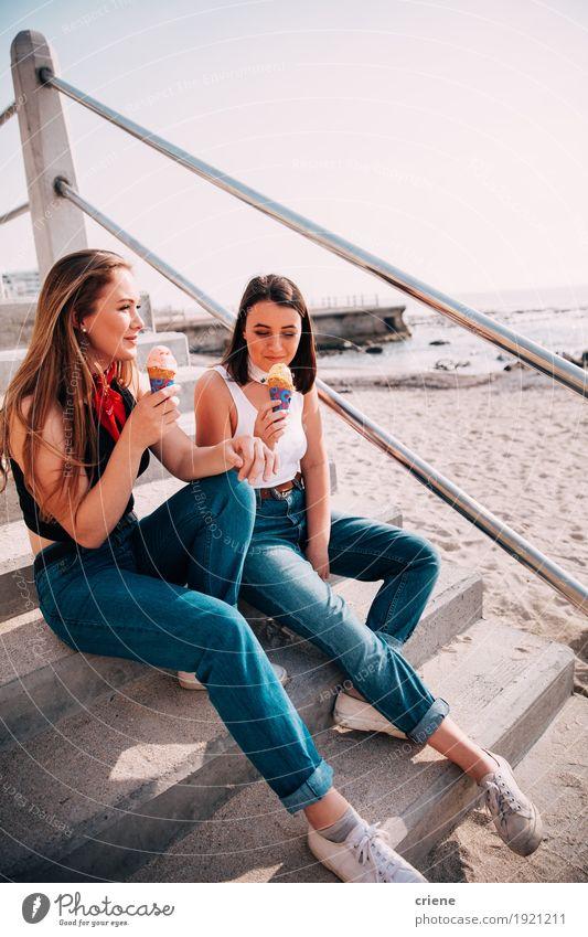 Mensch Ferien & Urlaub & Reisen Jugendliche Sommer Junge Frau Meer Freude Strand Essen Lifestyle Zusammensein Freundschaft Freizeit & Hobby sitzen genießen