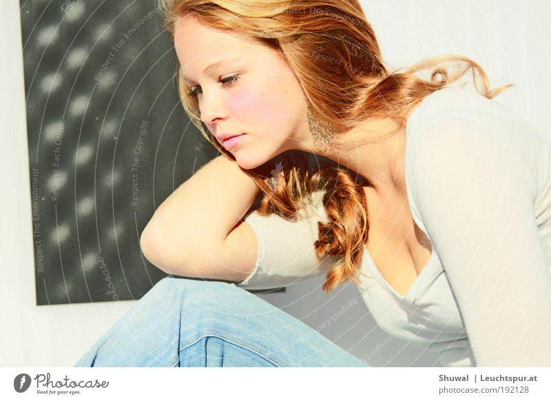All at once, the world can't overwhelm me elegant schön feminin Junge Frau Jugendliche 18-30 Jahre Erwachsene Ohrringe rothaarig weich Gefühle Stimmung