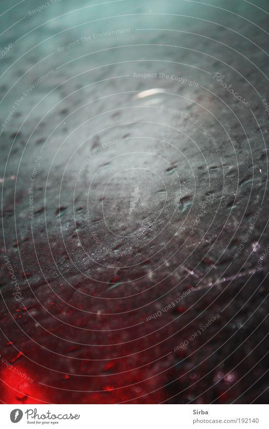 Im Regen gefangen blau rot ruhig schwarz kalt grau Denken Regen Glas nass glänzend Ausflug Wassertropfen Klima leuchten Autofahren