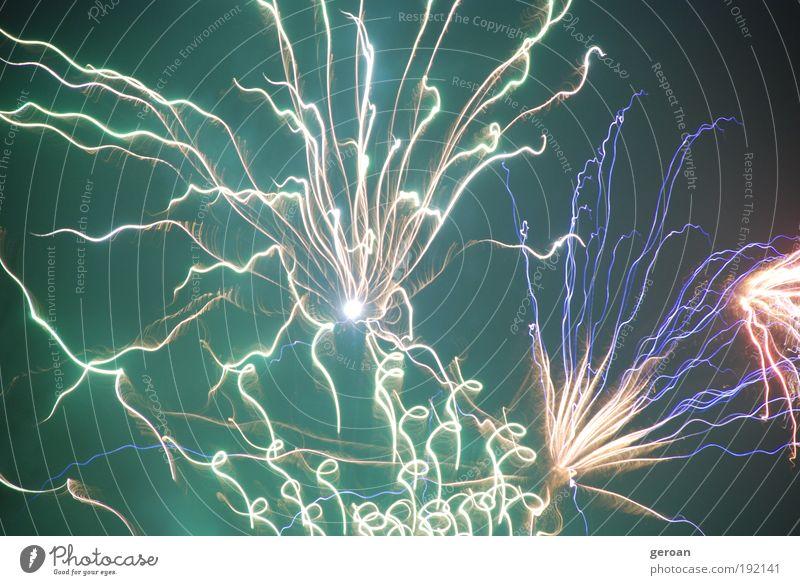 Fw Kunstwerk Feuer Luft Nachthimmel berühren leuchten frech hell blau gelb grün violett weiß Leben Aggression Farbfoto Außenaufnahme Experiment Menschenleer