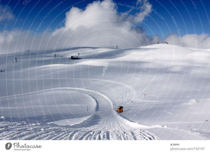 verschneite Schnellstrasse Winter Wolken kalt Schnee Berge u. Gebirge Landschaft elegant Unendlichkeit Menschenleer Vorfreude