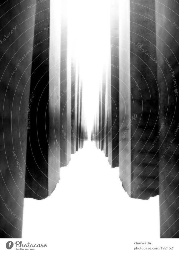 Flucht in die Vergangenheit Sightseeing Städtereise Sehenswürdigkeit Denkmal Beton Zeichen schwarz weiß Gefühle Stimmung Mitgefühl Verantwortung achtsam
