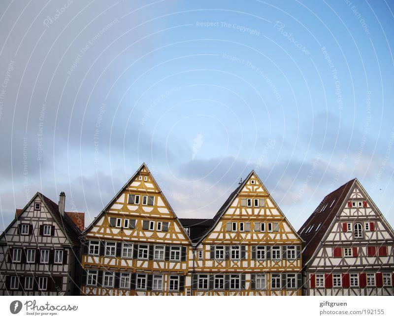 /VVV\ Dorf Kleinstadt Stadt Stadtzentrum Altstadt Skyline Menschenleer Haus Hütte Bauwerk Gebäude Architektur Mauer Wand Fassade Fenster Dach Schornstein bauen