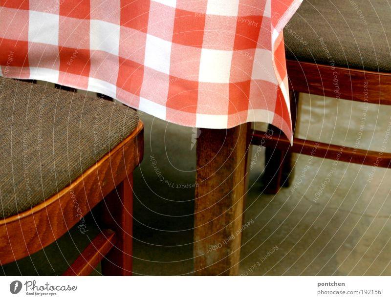 Zwei Stühle stehen an einem Tisch mit rot-weißer Tischdecke. Besuch in einem Café oder Restaurant. Möbel Erholung Ferien & Urlaub & Reisen Tourismus Ausflug