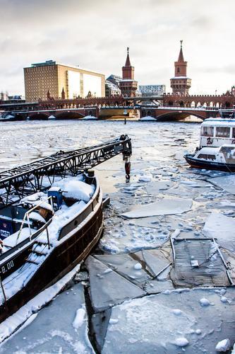 Frostige Zeiten an der Oberbaumbrücke Ferien & Urlaub & Reisen Winter Architektur Leben Berlin Gebäude Tourismus Ausflug Eis authentisch Turm Bauwerk