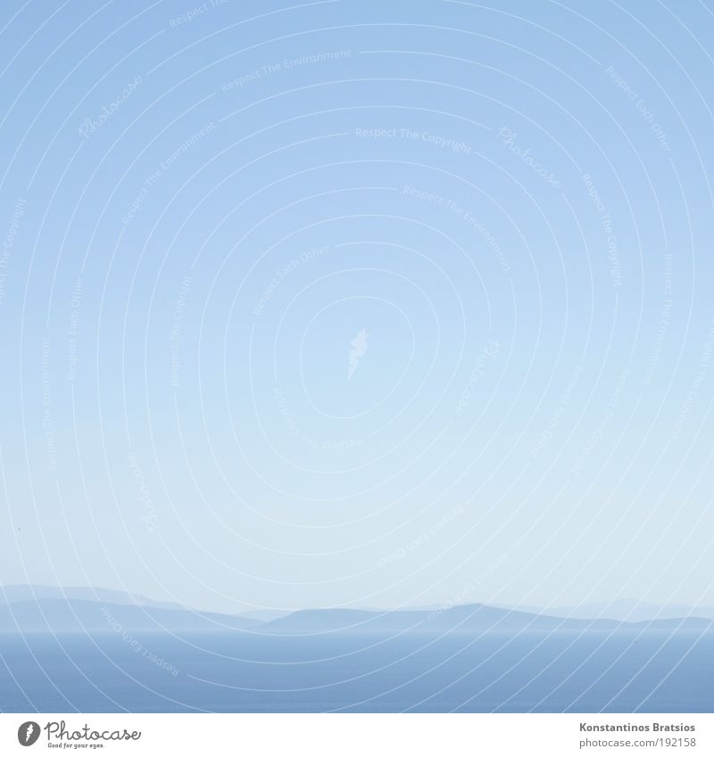 easy blue Landschaft Urelemente Wolkenloser Himmel Sommer Schönes Wetter Hügel Meer Ferne hell schön blau Farbe Horizont Ferien & Urlaub & Reisen weich