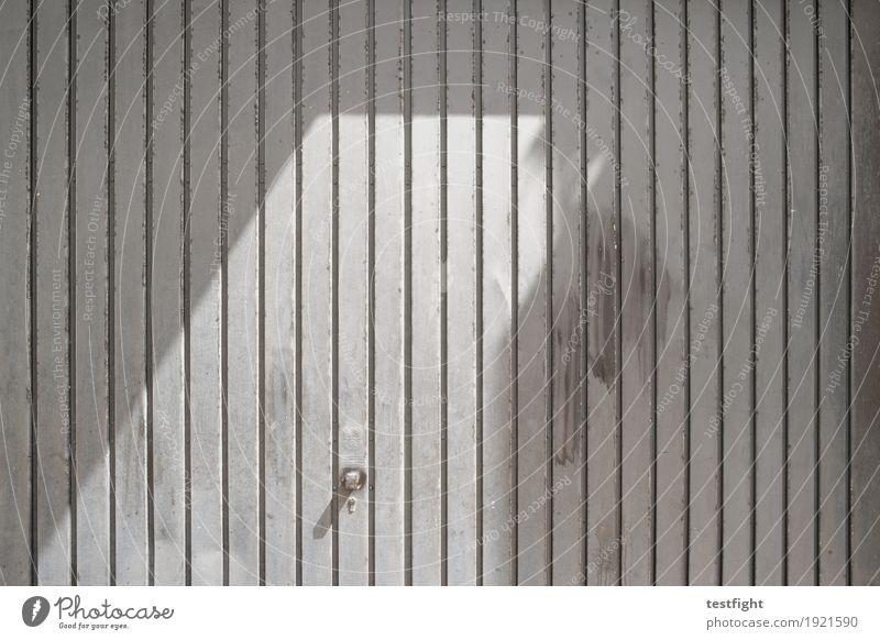 tor Tor alt grau silber Garage dreckig Garagentor vertikal Linie Strukturen & Formen Sonnenlicht Farbfoto Außenaufnahme Textfreiraum rechts Licht Schatten