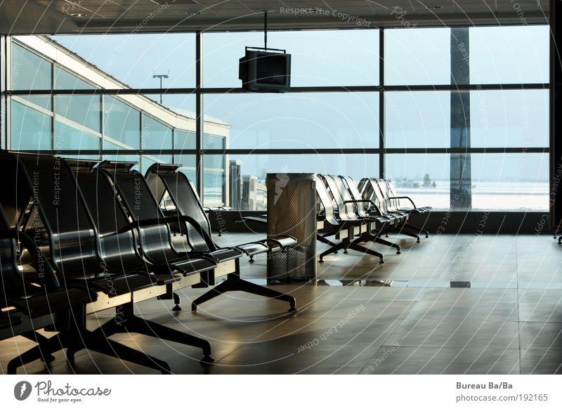Airportliebe vs. Lufthansa-Streik blau Ferien & Urlaub & Reisen Fenster warten Flugzeug leer Luftverkehr Stuhl Flughafen Langeweile Fernweh Möbel Flugplatz