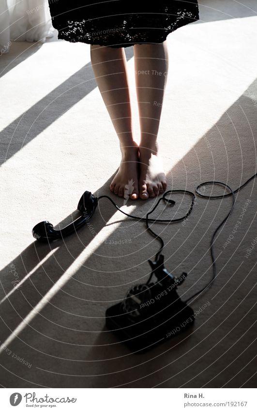 Disput Mensch Jugendliche schön Erwachsene feminin Gefühle Stil Traurigkeit Beine Fuß warten natürlich authentisch Telefon stehen