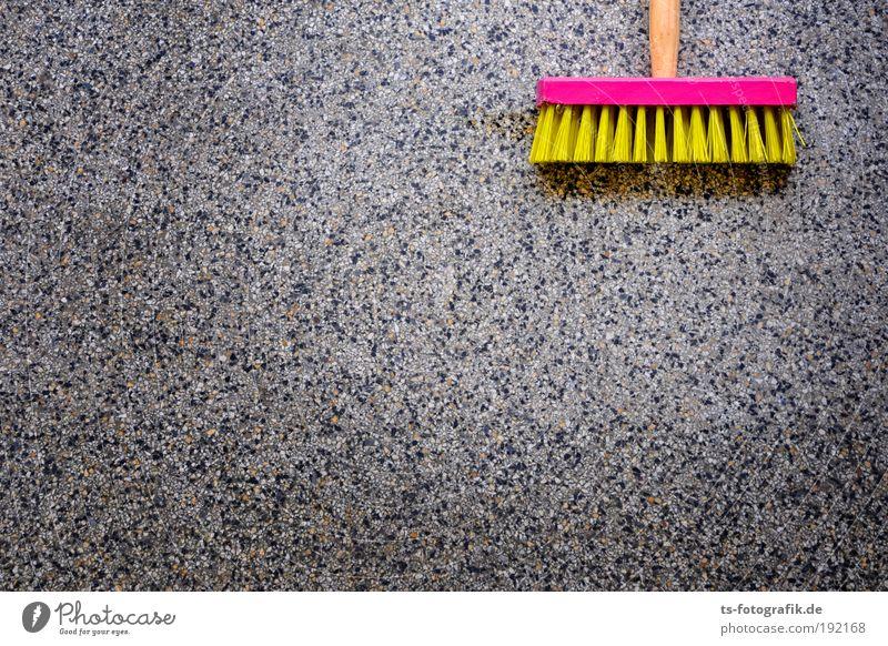 Who kehrs? Besen Besenstiel Saubermann Sauberkeit Kehren Bodenbelag Staub staubig Steinboden steinig gelb rosa Borsten Bürste analog Holz Zeichen Reinigen