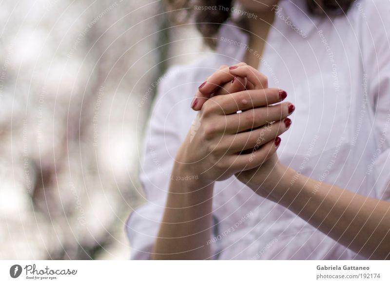 irgendwo dazwischen Mensch Hand rot ruhig feminin Gefühle Haut Arme Umwelt Schutz dünn berühren Kosmetik eckig Nagellack Selbstbeherrschung